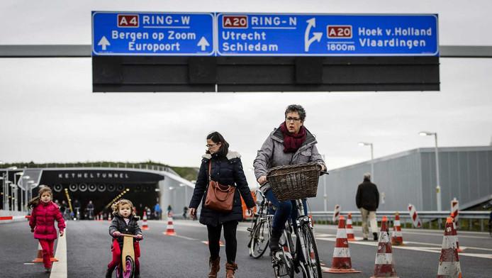 Belangstellenden op het nieuwe stukje A4 tussen Delft en Schiedam. Rijkswaterstaat hield een open dag voor iedereen die wil weten hoe het de weg erbij ligt.