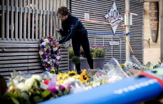 Een bloemenkrans voor de slachtoffers.