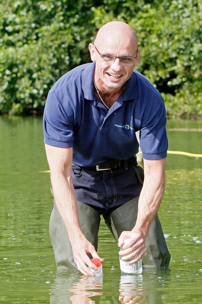 Het Waterschap Rijn en IJssel neemt regelmatig monsters om de waterkwaliteit te controleren.