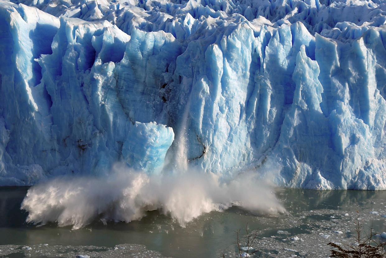 Stukken ijs breken af van de Perito Moreno gletsjer in Zuid-Argentinië. Beeld REUTERS