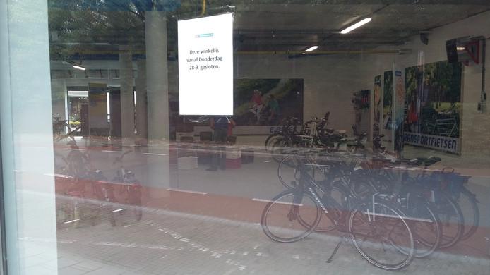 De aanstaande sluiting van de fietswinkel aan de Boxbergerweg wordt op diverse ramen vermeld.