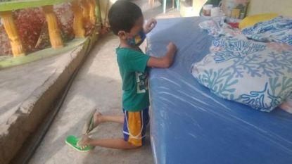 Filipijns jongetje (9) bidt huilend omdat hij zijn quarantaine zonder zijn familie moet uitzitten