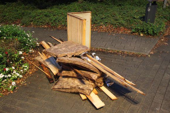 Enkele verbrande resten van de sauna.