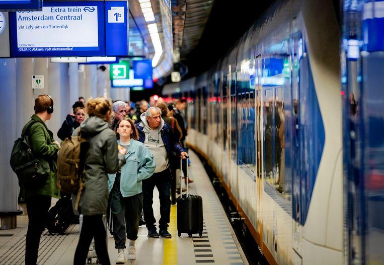 Reizigers op station Schiphol.  Beeld ANP