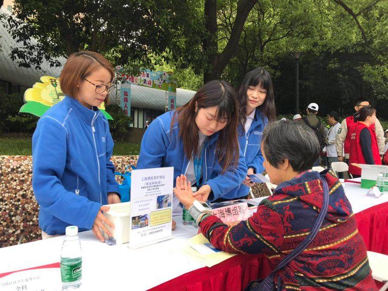 Buurtzorg medewerkers werven klanten in Shanghai Beeld Eefje Rammeloo