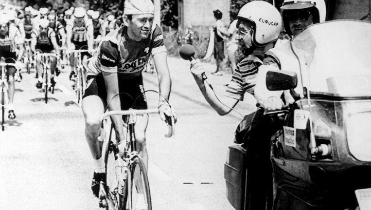 Theo Koomen interviewt op 22 juli 1982 in Saint Priest wielrenner Gerard Veldscholten Beeld Spaarnestad Photo