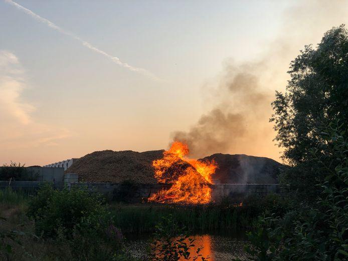 Een brand in een grote berg houtsnippers aan de Noordermorssingel in Rijssen
