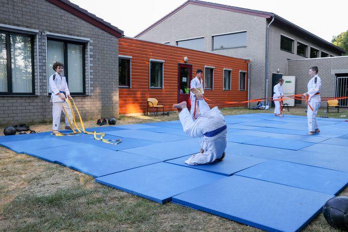 Training judo en jiu jitsu in de buitenlucht bij Shizen Hontai.