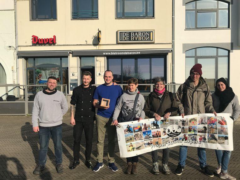 De Proper Strand Lopers krijgen een cheque toegestopt door het bekende eetadresje De Baron, gevestigd in de Dorpsstraat in Oostende.