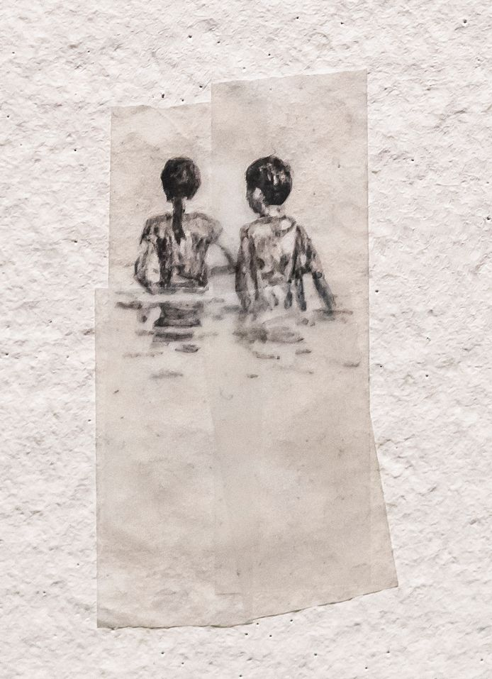 Detail van het werk Sticky Water, figuurtjes in het water, getekend op plakband.