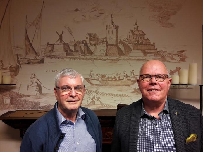 Harry van de Bogaert en Gerard Cloin voor een tekening van middeleeuws Gennep in het 400-jarige stadhuis.