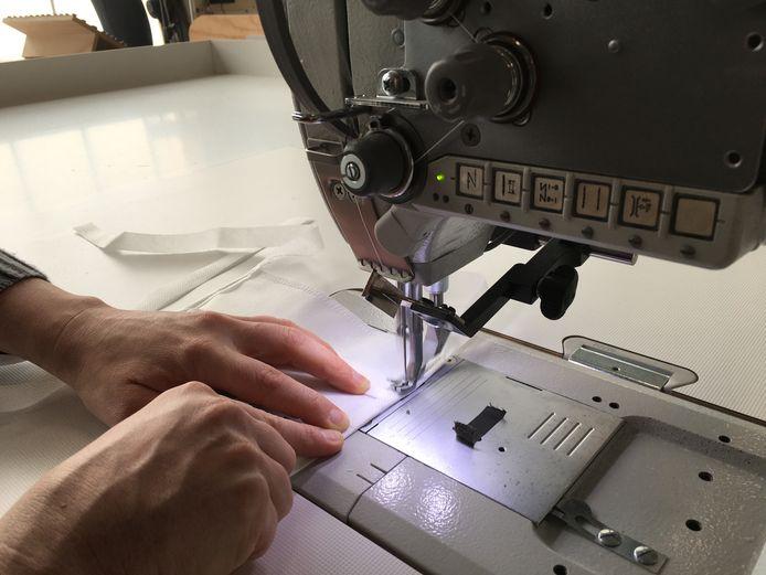 Bij meubelbedrijf Dutch Quality Group willen ze ook mondkapjes maken. Er is al belangstelling van zorginstellingen.