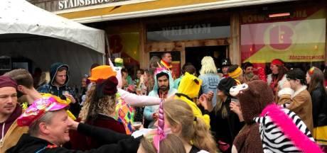 Carnavalsvierder maakt zich niet druk om bierprijs in Zevenaar: 'Snel een biertje krijgen is belangrijker'