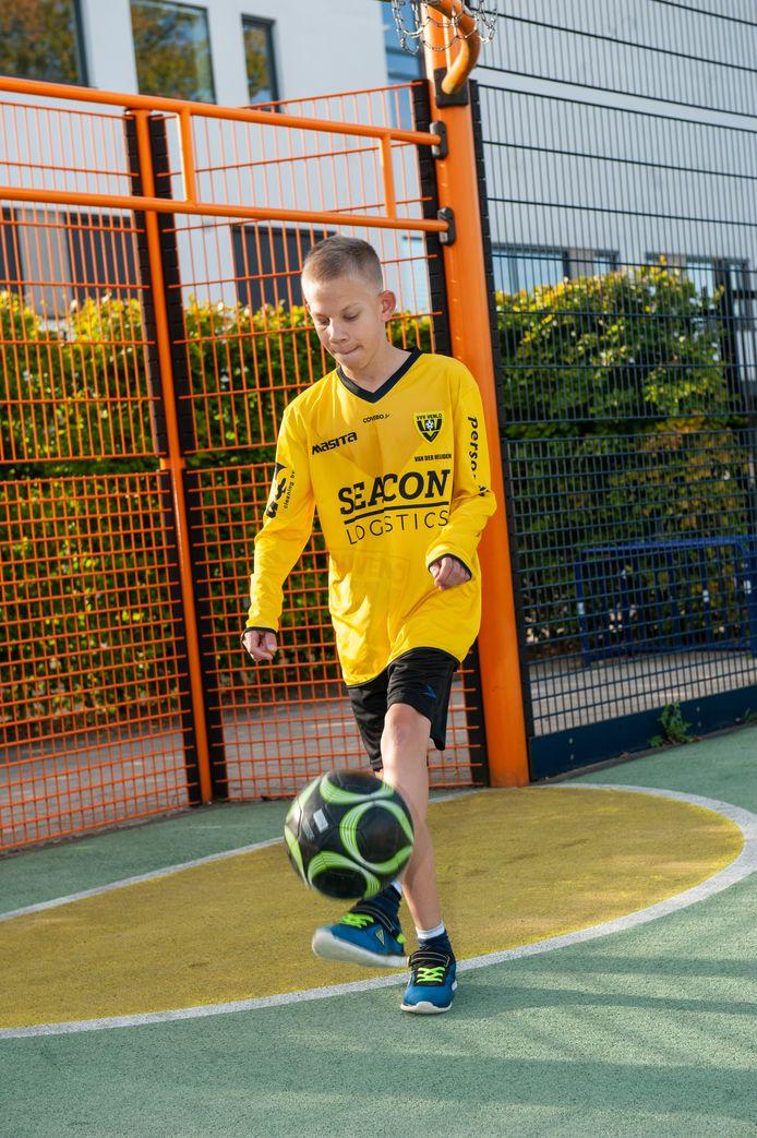 Bram van der Heijden tekende een profcontract bij VVV voor de eerste eredivisie voor jongeren met een beperking.