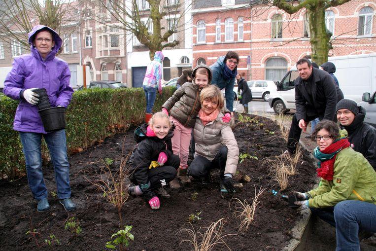 Bloemen planten in regen en wind: in de Elisabethwijk hebben ze iets over voor hun buurt.