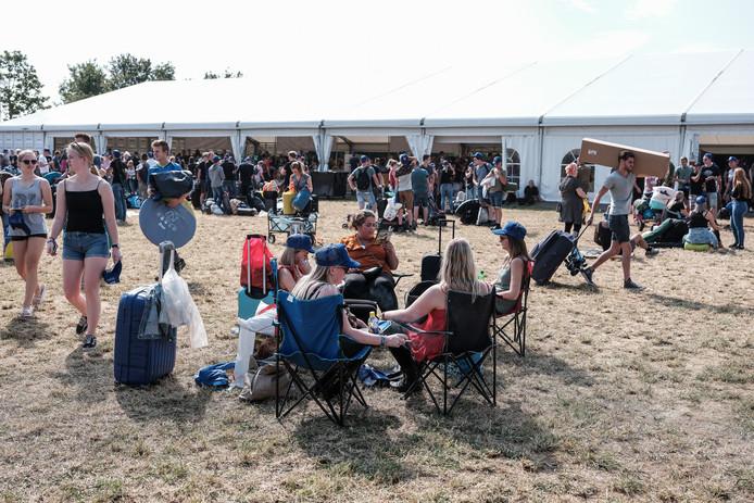 Sommige campinggasten hebben stoelen meegenomen om even uit te rusten.