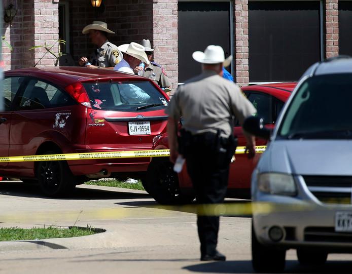 De politie doet onderzoek bij het huis waar de schietpartij plaatsvond.