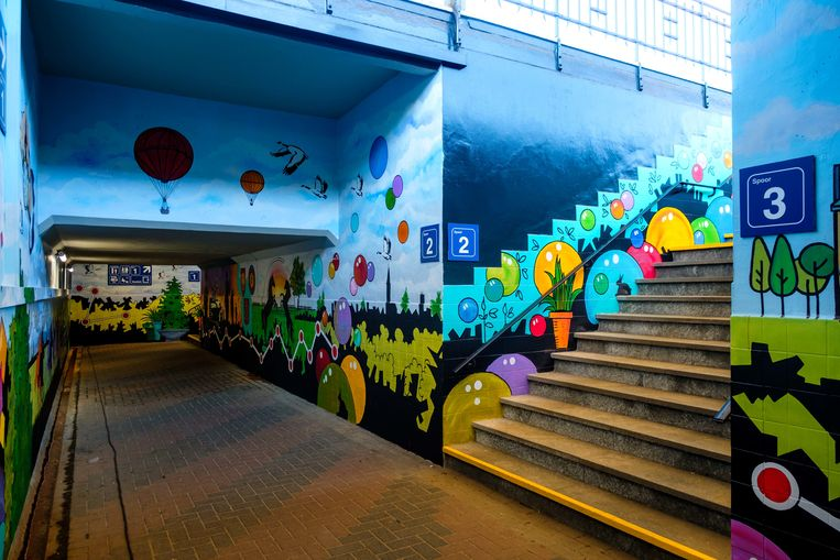 De voetgangerstunnel van het station in Kontich-Lint wordt opgefleurd door mooie schilderwerken.