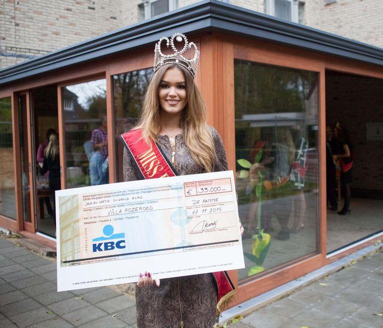 Annelies Törös met de cheque van 33.000 euro bij de veranda.
