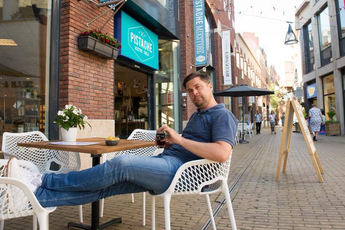 Hylke Thiry van Mixstore Pistache geniet op het Eiland in Zwolle van een cola.