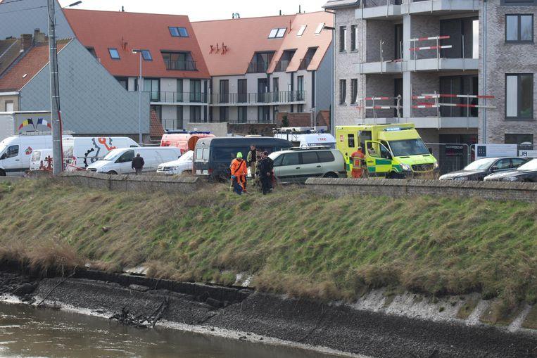 Het lichaam werd uit het water gehaald door de duikers van de brandweer. Politie en parket zijn een onderzoek gestart.
