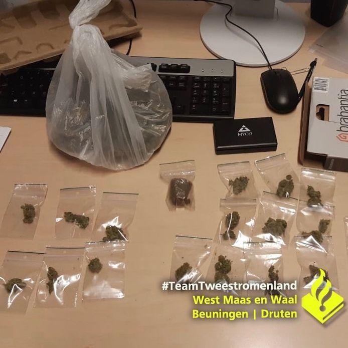 In de auto van een 19-jarige man uit Druten heeft de politie drugs gevonden.