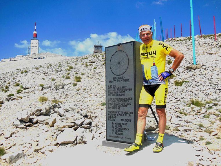 Roland Hurtecant aan zijn monument op de Mont Ventoux. Daar wordt zijn as op 28 september uitgestrooid.