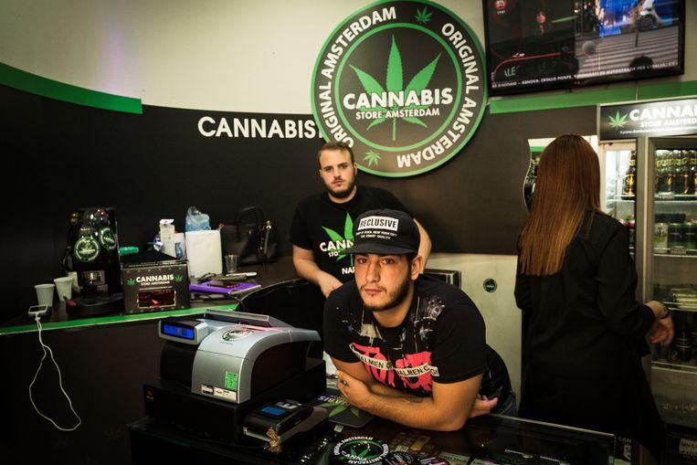 Verkopers van de 'Cannabis store Amsterdam' in Napels.