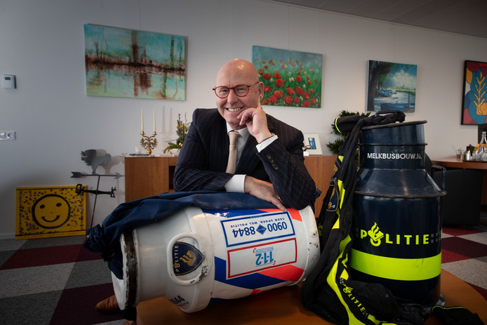 Burgemeester Koelewijn is onlosmakelijk verbonden met de melkbus. Op zijn werkkamer staan er twee. Geschilderd in de kleuren van de politie.