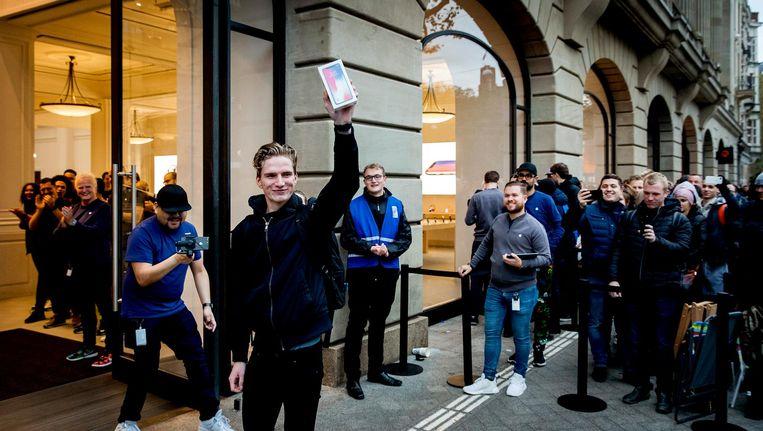 Mensen in de rij bij de Apple Store aan het Leidseplein voor de lancering van de iPhone X. Beeld anp