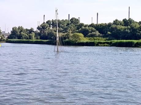 Twee schepen gezonken bij Botlekbrug, personen te water geraakt