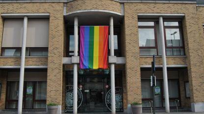 Lochristi hangt regenboogvlaggen uit tegen homo- en transfobie