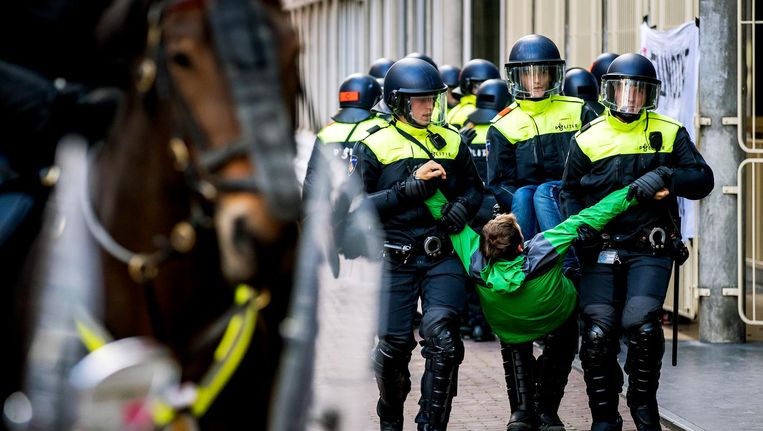 Een bezetter wordt door de politie meegenomen Beeld ANP