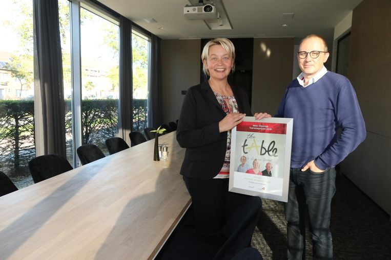 Natasja Felliers en Johan Vanhaute van Ariane Hotel met hun prijs voor The tAble.
