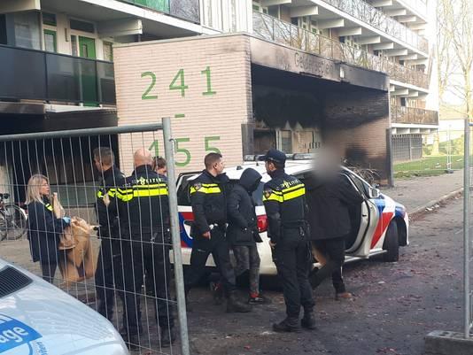 Een van de jonge verdachten wordt aangehouden bij de flat aan het Gelderseplein in Arnhem.