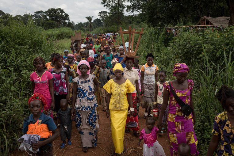 Archiefbeeld. Centraal-Afrikaanse vluchtelingen keren terug naar hun geïmproviseerde nederzetting na de mis in Ndu in het noorden van de Democratische Republiek Congo (13/08/2017)
