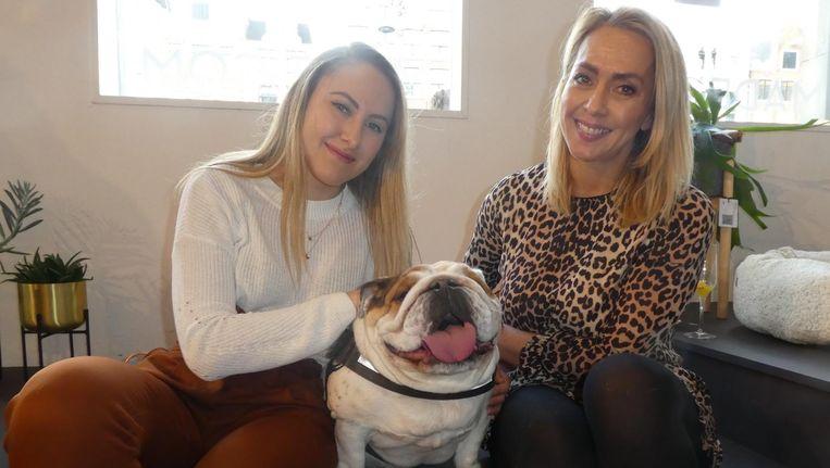 YouTuber Bo Beljaars (@bokado) met haar moeder Debbie Zwiers en Engelse bulldog Jyn (@jynthedog). Zwiers: 'Ze is een beroemde hond, 27.000 volgers op Instagram' Beeld Schuim