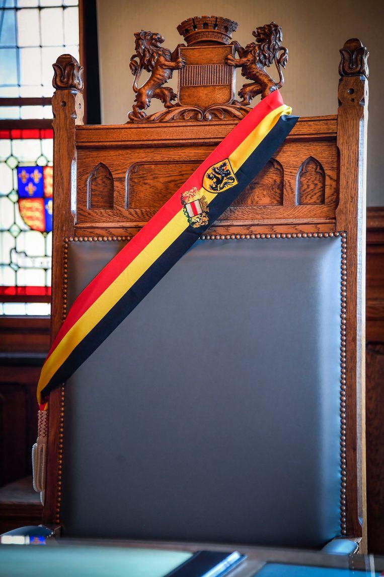 De burgemeesterssjerp voor Dendermonde draagt ook het wapenschild van de Ros Beiaardstad.