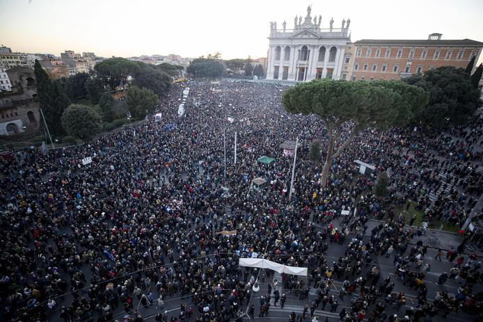 Rassemblement devant la basilique Saint-Jean-de-Latran, à Rome.