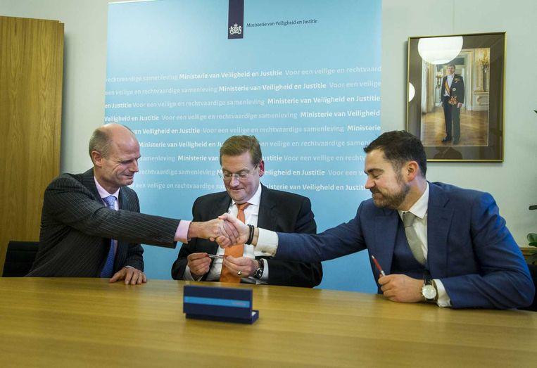 Midden en rechts: Ard van der Steur en Klaas Dijkhoff, waren VVD-Kamerlid, werden vorige week aangesteld als minister en staatssecretaris van Veiligheid en Justitie. Beeld anp