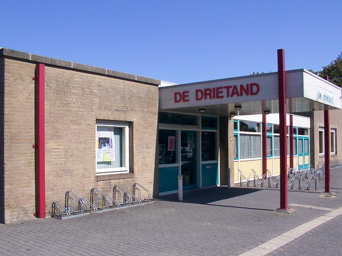 Wijkcentrum De Drietand aan het Neptunusplein sloot de deuren in oktober 2012. Vijf jaar later ging het tegen de vlakte. Nu staat hier een Aldisupermarkt.