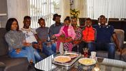 Het bruist altijd bij Mireille, Raphaël en hun zes kinderen