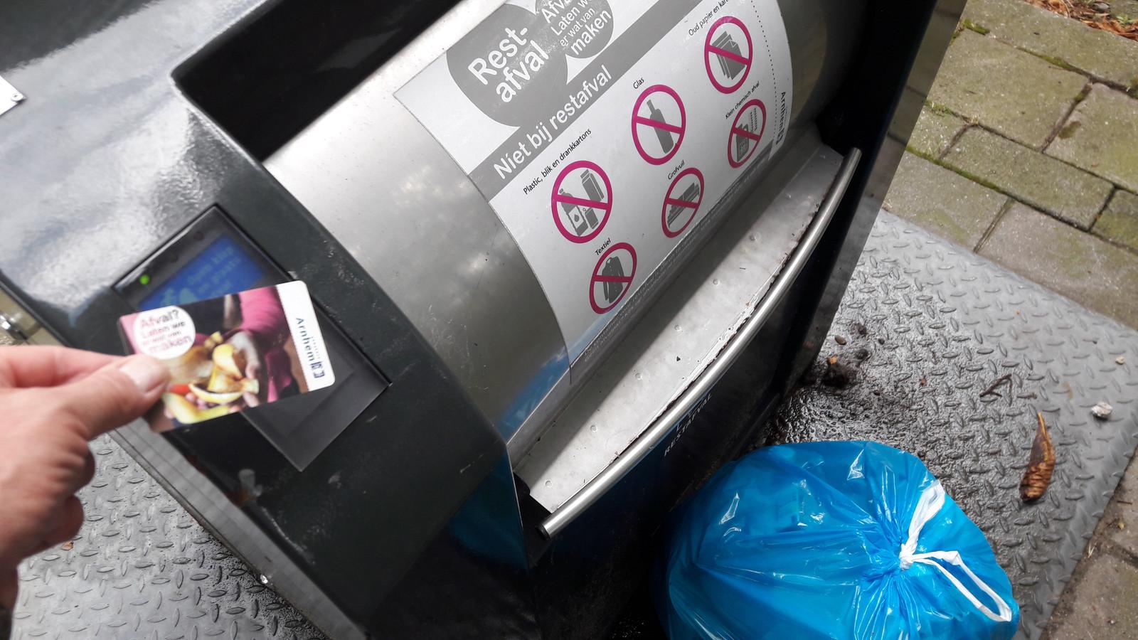 Afval weggooien in Arnhem kan voorlopig zonder gebruik van de afvalpas.