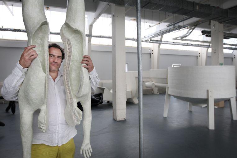 Joep van Lieshout bij de Foodmaster. Menselijke resten verwerken tot varkensvoer is de laatste stap in de kringloop. De Rotterdamse kunstenaar Joep van Lieshout vraagt zich in een nieuw kunstwerk af of de mens geen onderdeel moet uitmaken van de voedselketen.