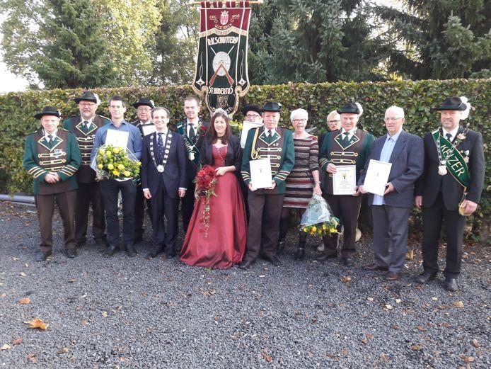 Burgemeester Slinkman met de jubilarissen van Sint Hubertus.