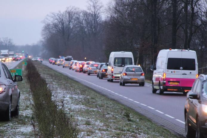 File op de N35 na een ongeluk tussen twee auto's.