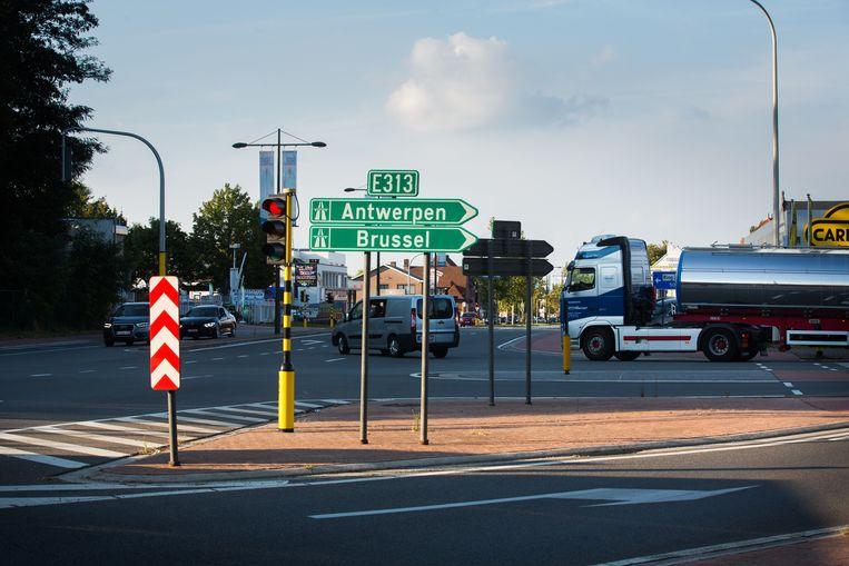 De oprit en afrit van de E313 veroorzaken op de Luikersteenweg nog extra verkeersdrukte.