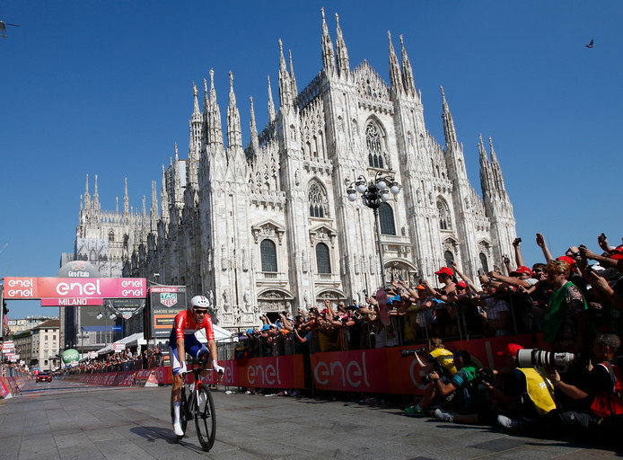 Tom Dumoulin rijdt over de streep in Milaan na zijn tijdrit.