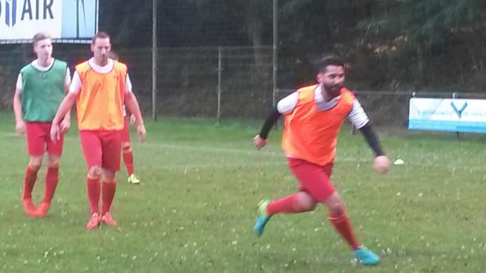 Tanju Sahin is bezig aan zijn warming-up. De voormalige speler van Duno is met zijn team Go Ahead Kampen vanmiddag op bezoek in Doorwerth.