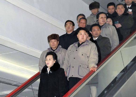 Archiefbeeld uit 2013. Kim Jong-un (rechts) met zijn tante Kim Kyong-hui (op de voorgrond) en haar omgebrachte echtgenoot Jang Song-thaek (linksboven haar).